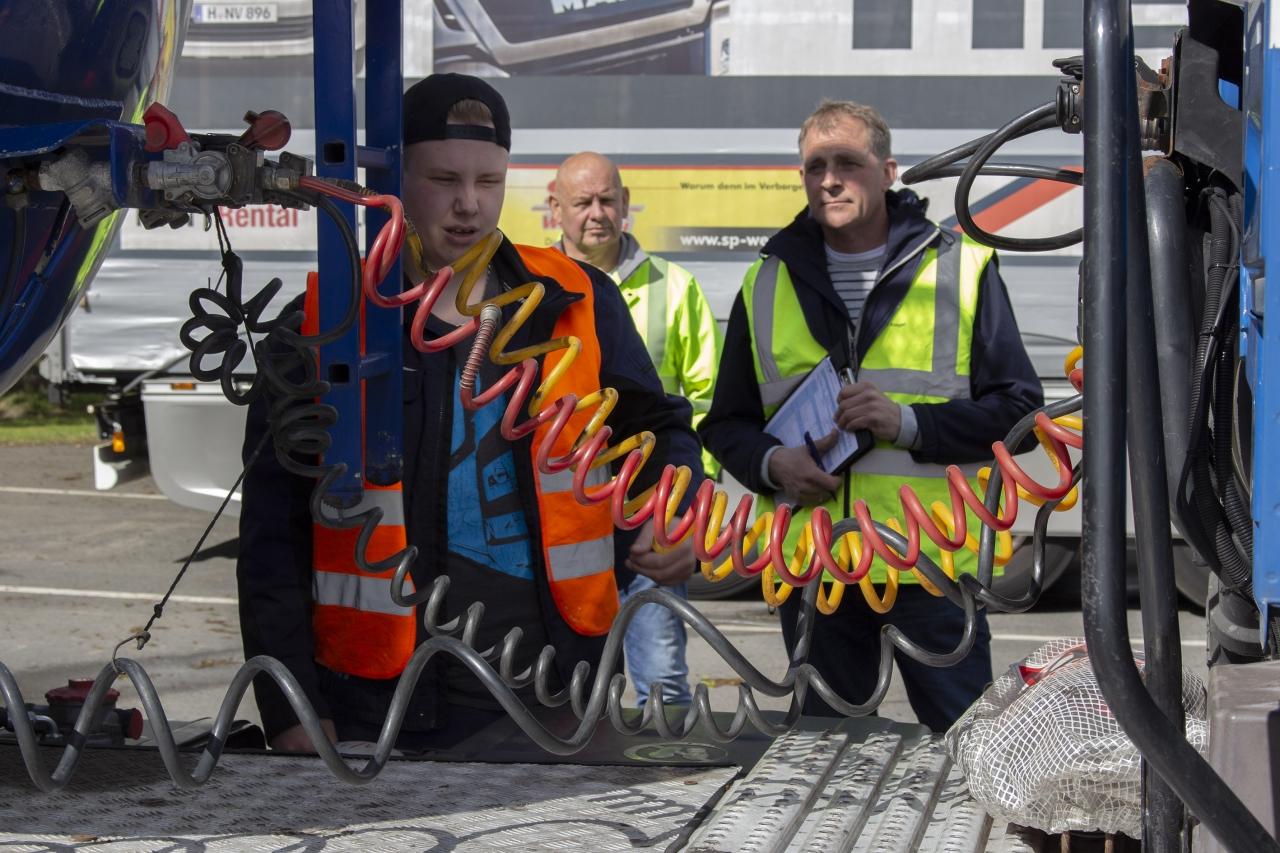 20 Berufskraftfahrer legen auf dem Hoyer-Gelände Zwischenprüfung ab