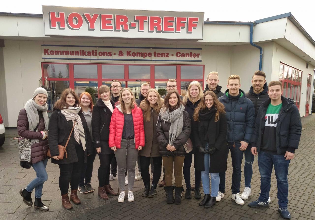 BBS Verden zu Gast in der Hoyer-Zentrale